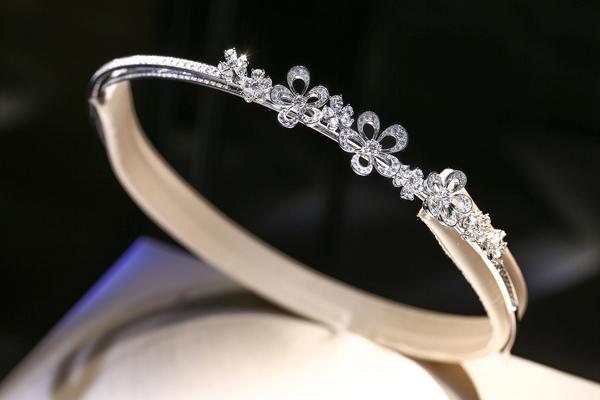 古董珠宝演绎世纪风华 拥有132年历史的意大利珠宝世家宝格丽,作为世界顶级珠宝界最为重要的里程碑式品牌之一,见证了欧洲时尚文化一个世纪的发展历史,同时也深受世界各地时尚风潮影响。在这个传统与现代、经典与时尚极致交融的北京,展现了一场无与伦比的视觉盛宴。40余件从20年代至今不同时期的稀世古董珠宝华美展出,不仅彰显出宝格丽享誉世界的地位和历史积淀,也讲述了宝格丽与经典电影、传奇巨星之间的动人故事。
