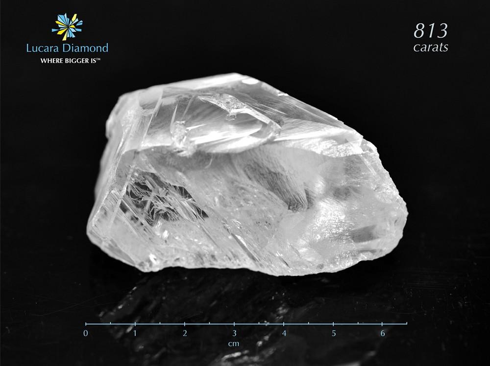Lucara 以破纪录价格售出812.77ct钻石原石:6311万美元 加拿大钻石开采商 Lucara 本周宣布,一颗812.77克拉钻石原石以6311万美元售出,单克拉价格达77649美元,刷新了钻石原石的成交价格纪录,买家为迪拜的原钻贸易公司「Nemesis International DMCC」,买家在购入后将这颗钻石原石命名为「Constellation」(星座)。 「Constellation」是迄今全球开采出的第六大宝石级钻石原石,经鉴定为 Type IIa 型钻石,2015年11月发现于博