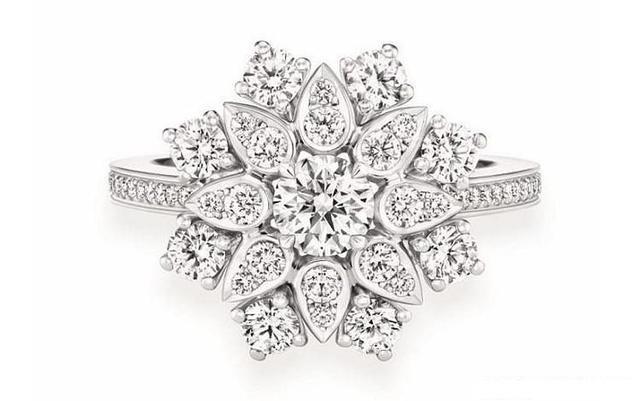 珠宝系列:钻石莲花         为了营造出花朵的立体感,设计师分别通过