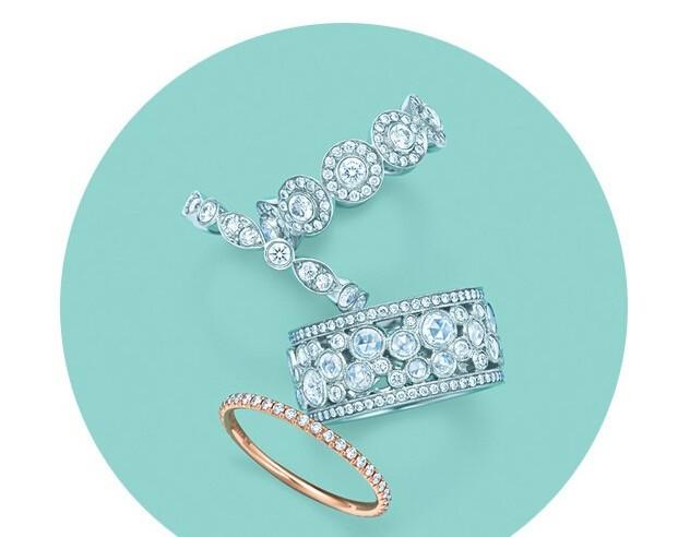 在你(的男人给你)买第1(8)个Tiffany蓝盒子前,先让我来给你科普一下Tiffany最美最经典最有代表性的9个系列吧……   蒂芙尼订婚钻戒    第一个把镶一颗钻的订婚戒指变成爱情信物的人正是Tiffany先生。1886年,他推出了Tiffany Setting钻戒,把钻石镶在六爪铂金戒托上,让钻石可以360度无死角地闪出它本身的光芒。那个年代欧洲淑女们戴的戒指设计都很繁复,这个简洁的设计让姑娘们意识到钻石比戒环更重要,在当时很轰动。   另外一款订婚戒指Tiffa