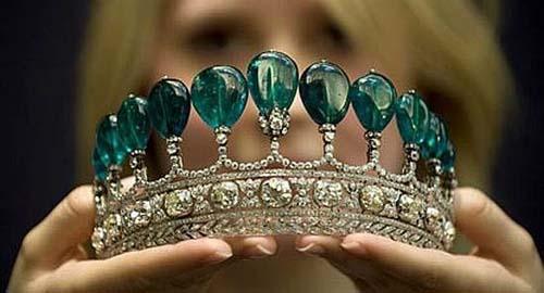 诞生于1900年的祖母绿皇冠