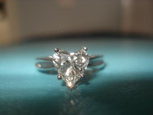 每一颗钻石都有着不同的切工,其中一些要优于另外一些。而这些完全取决于钻石切工的好坏。例如,一颗切割比例不好的钻石也许一边比另一边长,就会使钻石显得不协调。而且需要注意的是,钻石火彩的耀眼程度也取决于钻石优良的切割比例(Diamond Proportions),优质的比例能够最大程度的将入射光完全反射出去,这样就会光彩熠熠。下面就是经过总结的优质切割比例的划分范围,你会找到在每一种基础形状钻石的切割比例和优良划分。    全深比Depth Percentage :钻石深度就是钻石台面到底尖的高度,全深比
