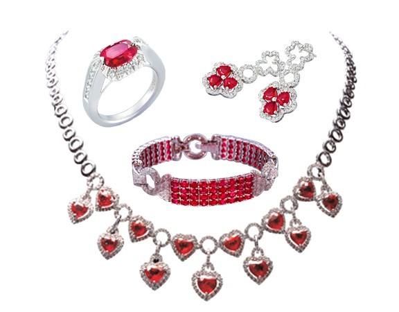 红宝石的红色给人温和,属于暖色调。与服饰搭配时,可以选择一些简洁大方和高雅的服饰,而且年轻人的性格都比较活泼和开朗,佩戴红宝饰品会给人热情洋溢的感觉,象征着生命力的旺盛。除了与服饰搭配,还要根据自己的外貌和体型进行选择。如果体型属于较为瘦长的人在选择红宝饰品时可以尽量选一些椭圆琢型的红宝石,这样可以显现出一种柔和之美。    红宝石的保养   (1)在运动或做粗重工作时,不要佩戴红蓝宝石首饰,以免碰撞造成不可补救的损失。   (2)不要把红宝石首饰与其它首饰随意放置在同一个抽屉或首饰盒内。因为各种宝石