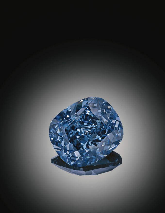 日内瓦「蓝月」美钻,来自大自然的稀世奇臻,由工匠精雕细琢而成。 呈献绚丽耀目之剔透彩蓝。毋庸置疑,「蓝月」必将缔造新一段拍场佳话。  倾心「蓝月」美钻钻戒 彩钻诞生之时,必定天悬蓝月 。(英语成语once in a blue moon,形容千载难逢之奇观) 彩钻的形成过程奥妙无穷,较常见色彩有黄,橙,紫,和粉红色。如同其他天然宝石,色彩可以点燃它们的无穷生命力,溢现勃勃生机。而最为曼妙的钻石成色通常在最戏剧性的自然条件下形成 。这些令人神往的彩钻之中(宝石级钻石中的彩钻比例是1:10,000),蓝钻最为珍