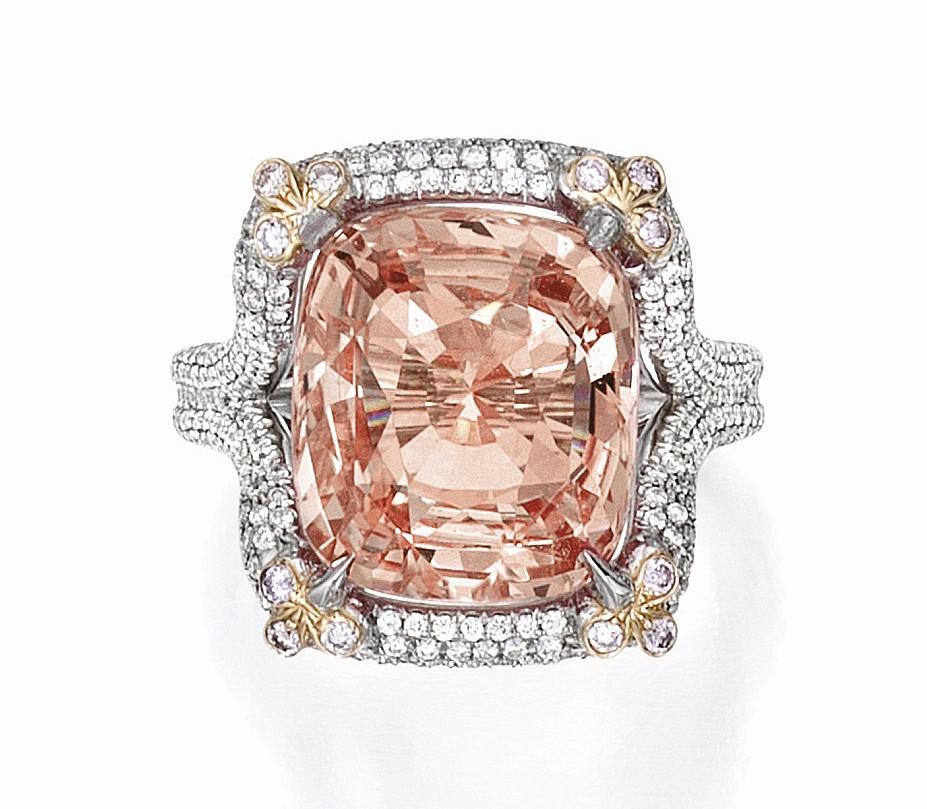 『Lot 113』钻石戒指 估价:32.5万-37.5万美元 主石为一颗9.24ct的圆形切割钻石,周围各镶嵌一颗风筝型切割钻石,总重1ct。  『Lot 219』蓝宝石戒指,by 宝格丽Bulgari 估价:25万-35万美元 主石为一颗24.72ct的枕形切割蓝宝石,经 AGL 和 Gübelin 鉴定产自缅甸,无加热现象,主石周围点缀水滴形切割钻石,总重9ct,戒托采用铂金制作。  『Lot 78』祖母绿戒指 估价:20万-30万美元 主石为一颗12.