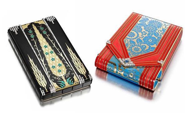 珠宝匣是以珠宝工艺装饰制作的小盒子,应20世纪初第一批拥有自由精神的女性需求而生,让她们外出时方便化妆、抽烟、查看时间等。匣内隐藏有抽屉、机械机关等巧妙的设计,提供实用的功能。例如1925年巴黎制造商Strauss, Allard & Meyer 打造的一件化妆盒就模仿信封的开启方式,打开盒盖可以看到镜子与粉盒,侧缘则是放置口红的隐藏抽屉。  早期的「珠宝匣」经常会使用大块半宝石材质来制作匣体,搭配精细的镶嵌、拼贴和金工装饰。展览中你可以看到由一块完整的玛瑙、青金石、东陵玉雕刻的盒体,雕花翡翠制作