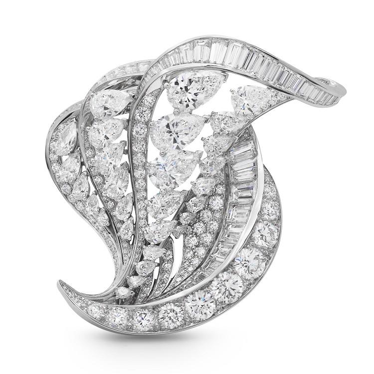 设计师采用流线型轮廓来勾勒翅膀的外形,镶嵌3种不同切割造型的钻石来