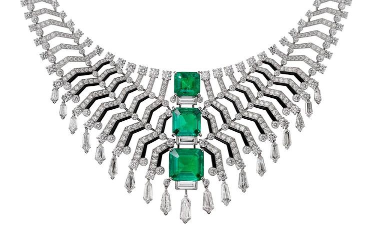 卡地亚Cartier 刚刚推出了新一季高级珠宝——「Cartier Magicien」,共发布20件独一款作品。新作的灵感来自「魔法世界」,由自然、光和设计三个主题的作品构成——你可以看到模仿曼陀罗草、羽蛇造型的设计,突出钻石光泽的特殊切割以及 Art Deco 风格的几何图案。 「Magie du Réel」呈现的是自然主题,覆盖了天然生长的植物,甚至神话中的动物形象。Quetzal 白金项链以墨西哥神话中的「羽蛇神」为灵感,通过一条弧线勾