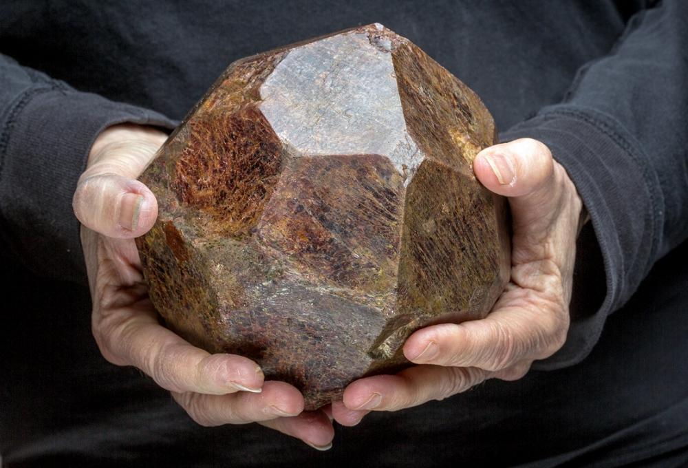 地下铁的4千克石榴石原石「Subway Garnet」-全球第5大黑钻在迪拜